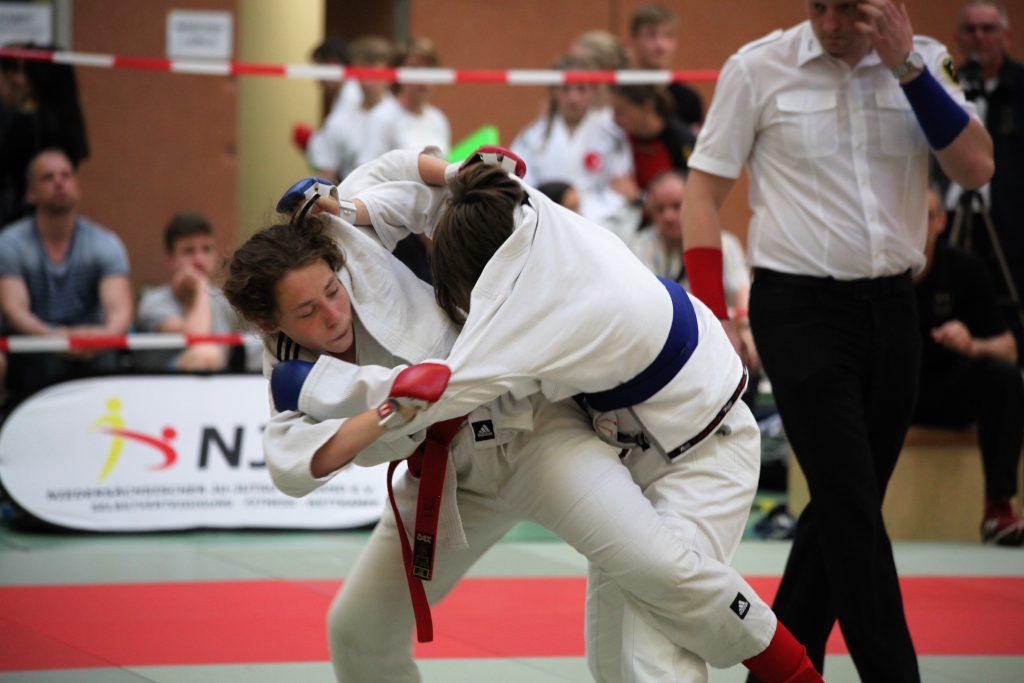 Jana Hämmerle (links im Bild) setzt zum Hüftfegen an.